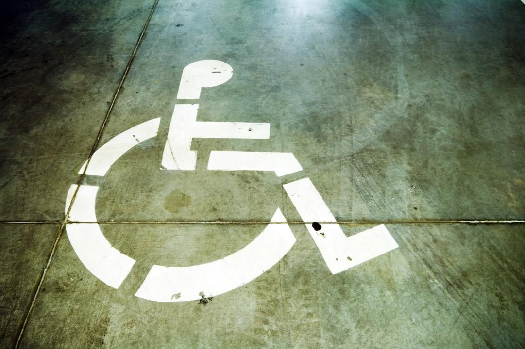 Segnale sedia a rotelle su pavimento